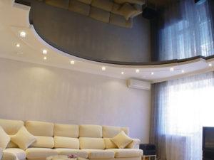 Натяжной потолок в зале пример 11