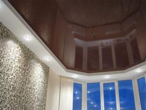 Натяжной потолок в зале пример 13