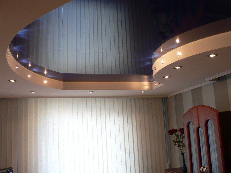 Натяжной потолок в зале пример 15